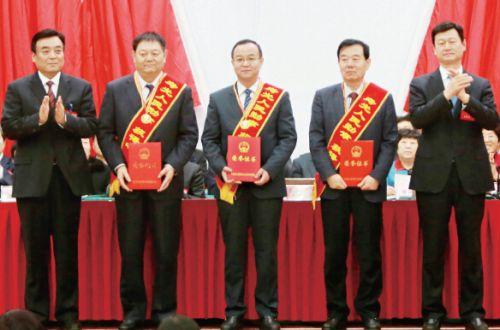 """市领导为""""寿光人民勋章""""获得者颁发奖章和证书"""
